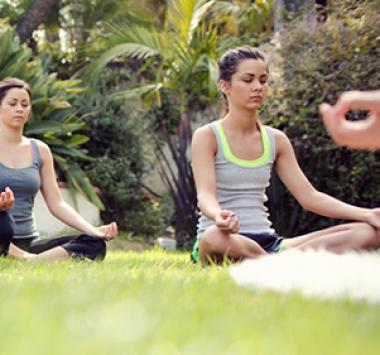 Femme en position de lotus, en méditation